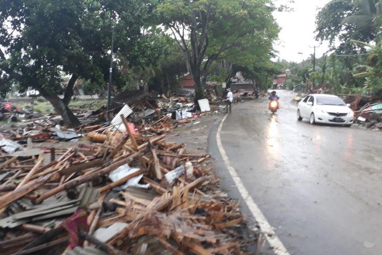 Tampak sejumlah warung dan rumah di pinggir pantai, Jalan Raya Carita, Kabupaten Pandeglang, Banten rusak pasca diterjang tsunami, Minggu (23/12/2018).