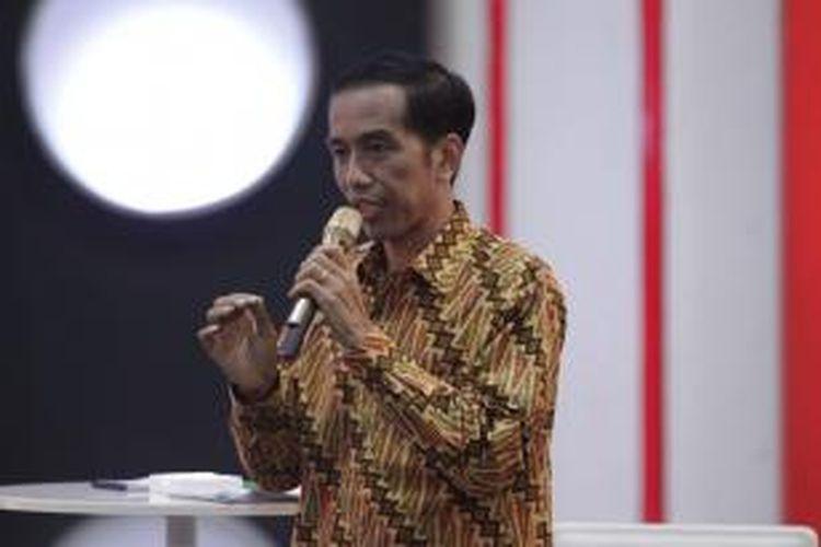 Calon Presiden nomor urut 2 Joko Widodo memberikan jawaban dalam debat capres 2014 putaran ketiga, di Hotel Holiday Inn, Kemayoran, Jakarta, Minggu (22/6/2014). Debat capres kali ini mengangkat tema