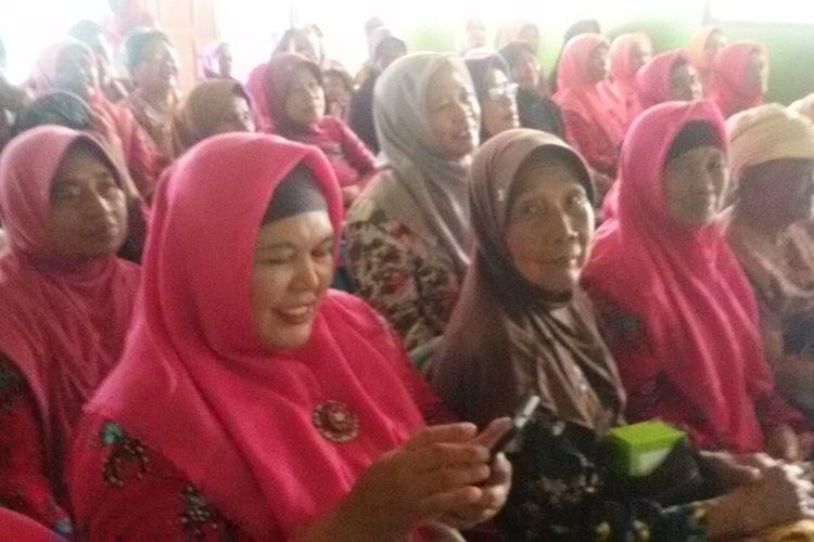 Kerjasama Yayasan Indonesia Ramah Lansia dan Pemkab Kulon Progo mengembangkan sekolah khusus orang lanjut usia atau eldery school program di Kulon Progo, Daerah Istimewa Yogyakarta. Anak didiknya adalah para lansia yang mayoritas warga Pedukuhan  Dayakan, Kalurahan Pegasih, Kapanewon Pengasih.