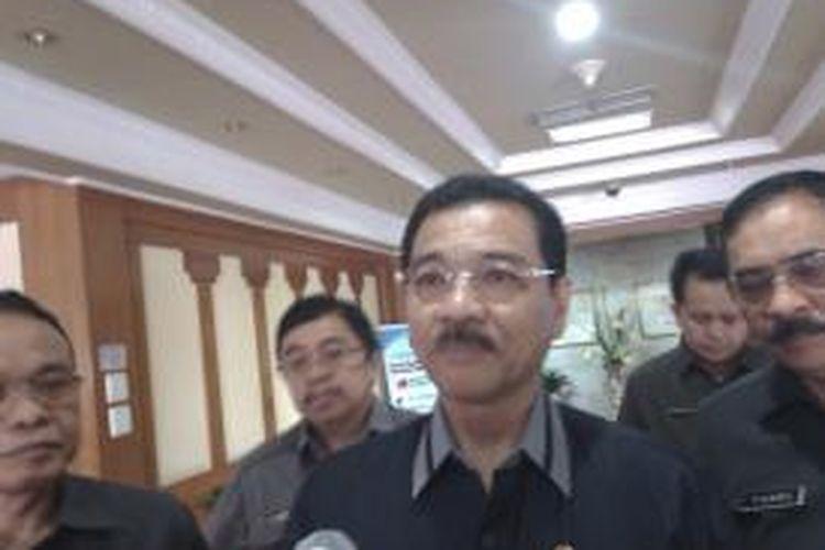 Menteri Dalam Negeri, Gamawan Fauzi (tengah), saat ditemui di Gedung Kementerian Dalam Negeri, Jalan Medan Merdeka Utara, Jakarta Pusat, Senin, (15/9/2014)