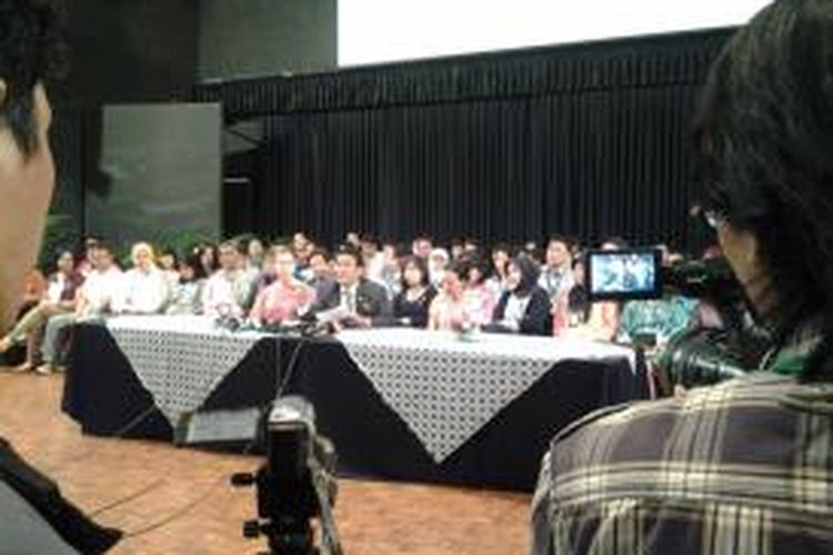 Kuasa hukum JIS, Hotman Paris Hutapra saat memberikan keterangan pers di gedung aula JIS, Jakarta, Rabu (16/6/2014).