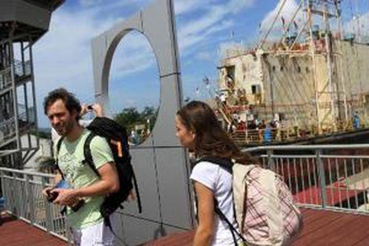 Wisatawan asal Rusia berwisata di Monumen Tsunami PLDT Apung di Gampong Punge Blang Cut, Banda Aceh, Selasa (25/12/2012). Menjelang peringatan 8 tahun bencana gempa dan tsunami, sejumlah objek wisata tsunami di Banda Aceh dipenuhi wisatawan lokal maupun mancanegara.