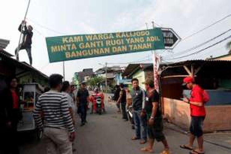 Warga yang tinggal di kawasan Kalijodo, Kelurahan Penjagalan, Kecamatan Penjaringan, Jakarta Utara, memasang spanduk tuntutan ganti rugi, Kamis (18/2/2016).