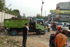 Pemkot Tangsel Keruk Sampah Menumpuk di Bahu Jalan
