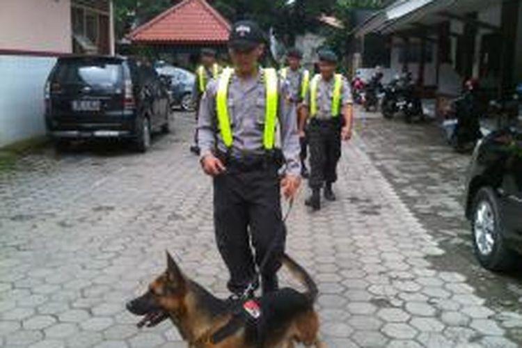 Anggota Kepolisian Resort Pemalang, Jawa Tengah, menyusuri bangunan gereja dengan anjing pelacak dalam rangka melakukan sterilisasi jelang Natal, Senin (23/12/2013).