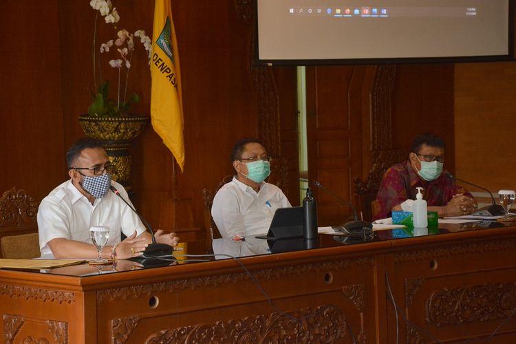 Walikota Denpasar, IB. Rai Dharmawijaya Mantra saat memberikan keterangan pers di Kantor Walikota, Rabu (13/5/2020).