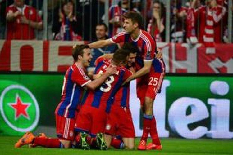 Penyerang Bayern Muenchen, Robert Lewandowski, merayakan golnya bersama rekan-rekannya dalam pertandingan leg kedua perempat final Liga Champions melawan FC Porto, di Allianz Arena, Selasa (21/4/2015).