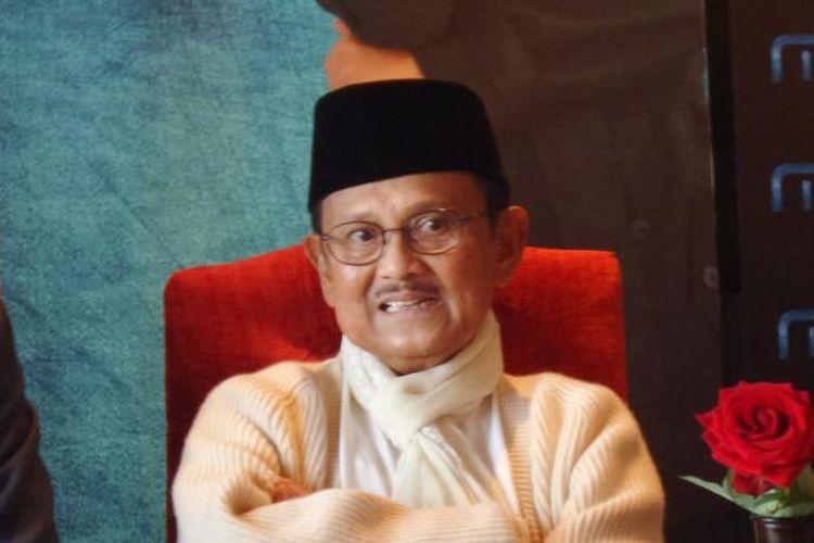 Presiden RI ketiga Bacharuddin Jusuf Habibie dalam jumpa pers launching single OST Soundtrack film Rudy Habibie yang berjudul Mencari Cinta Sejati, di Gedung MD Place, Setiabudi, Jakarta Selatan, Jumat (20/5/2016).
