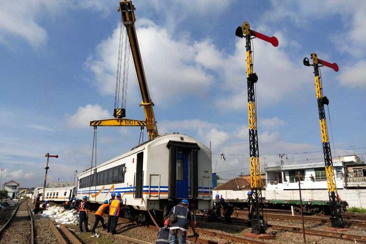 Proses evaluasi terhadap gerbong KA yang anjlok di Stasiun Malang Kota Malang, Kamis (19/11/2020).