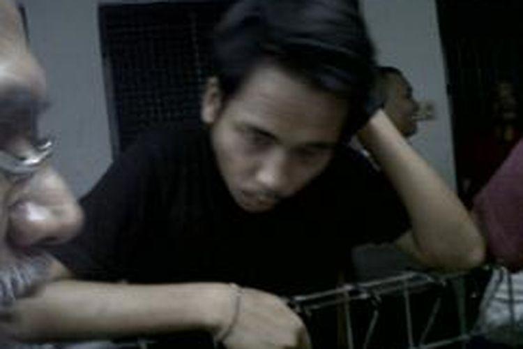 Dwiki Hendra terdakwa kasus dugaan penganiayaan siswa SMA 3 terpukul dan merenung di depan sel tahanan Pengadilan Negeri Jakarta Selatan usai mendengar tuntutan jaksa terhadapnya. Selasa (4/11/2014)