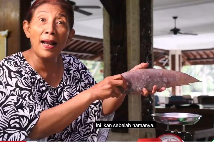 Susi Pudjiastuti menjelaskan ikan sebelah.