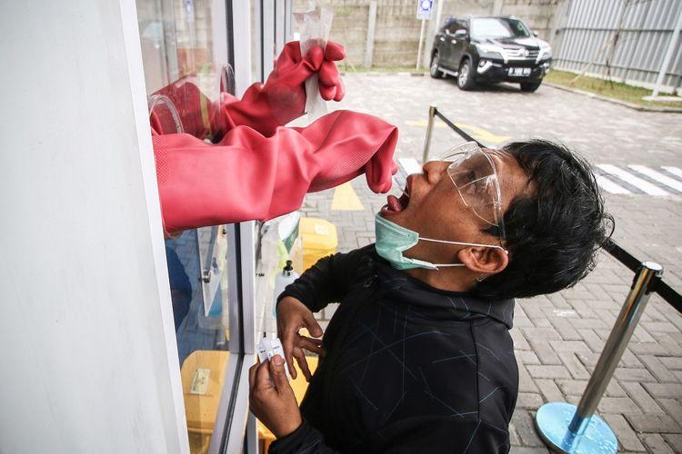 Warga menjalani swab test di GSI Lab (Genomik Solidaritas Indonesia Laboratorium), Cilandak, Jakarta, Sabtu (3/10/2020). Pemerintah melalui Kementerian Kesehatan menetapkan batas harga tertinggi swab test mandiri dengan metode real-time polymerase chain reaction (RT PCR) yaitu sebesar Rp900.000. ANTARA FOTO/Rivan Awal Lingga/hp.