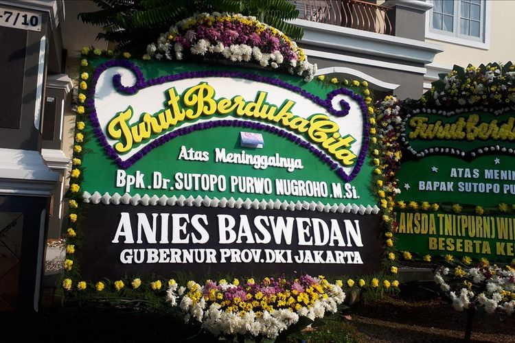 Karangan bunga dari Gubernur DKI Jakarta Anies Baswedan di kediaman Sutopo di Perumahan Raffles Hills, Depok, Jawa Barat, Minggu (7/7/2019).
