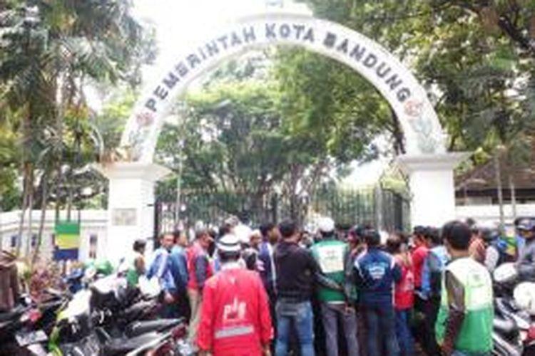 Ratusan tukang ojek pangkalan saat melakukan unjuk rasa di halaman Balaikota, Jalan Wastukencana, Senin (26/10/2015). Mereka meminta pemerintah untuk menghapuskan go-jek di Kota Bandung.