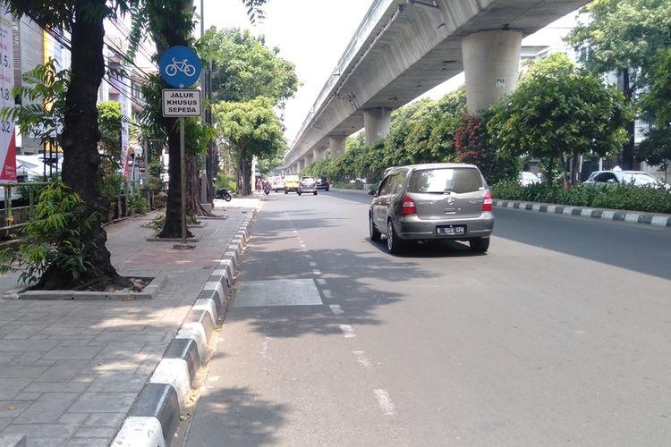 Jalur sepeda di jalan Iskandarsyah Raya menuju kantor Wali Kota Jakarta Selatan, Jumat (20/9/2019)