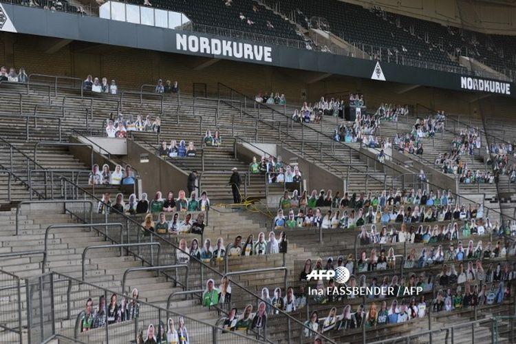 Latihan perdana Borussia Monchengladbach disaksikan penggemar palsu di Stadion Borussia Park (7/5/2020).