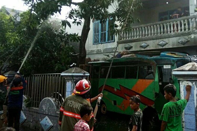 Proses pemadaman rumah yang hangus terbakar di Kompleks Pondok Indah, Banjarmasin, Kalsel pada, Minggu (6/12/2020).