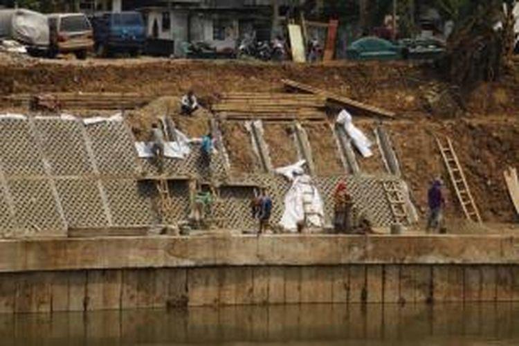 Proses pengerjaan normalisasi Kali Ciliwung di kawasan Bidaracina, Jatinegara, Jakarta Timur, Kamis (27/8/2015). Bidaracina merupakan kawasan yang akan digusur terkait proyek normalisasi dan sodetan  Kali Ciliwung.