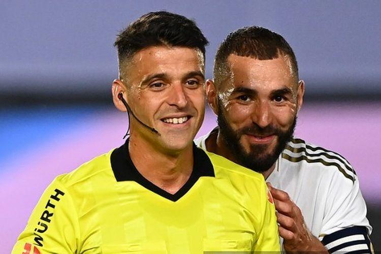 Karim Benzema bersama wasit dalam laga Real Madrid vs Alaves pada pekan ke-35 Liga Spanyol 2019-2020.