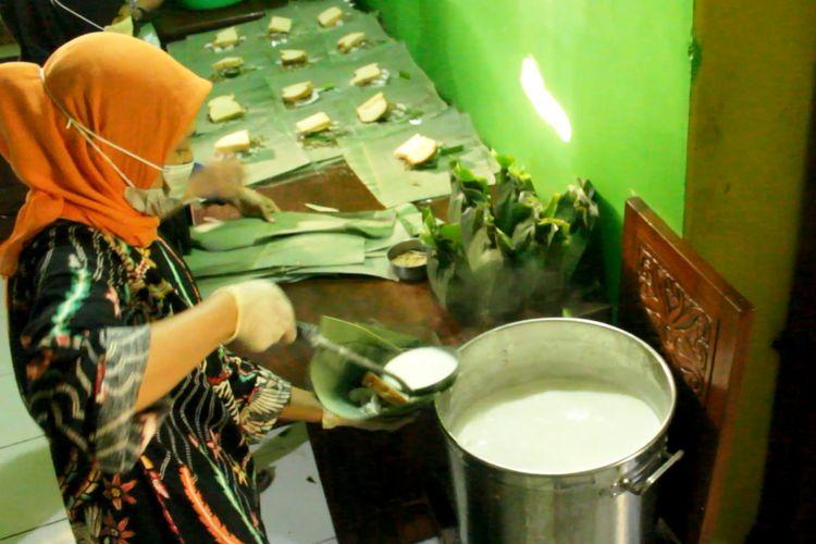 Proses pembuatan sup rogan, kuliner khas Cianjur, Jawa Barat.