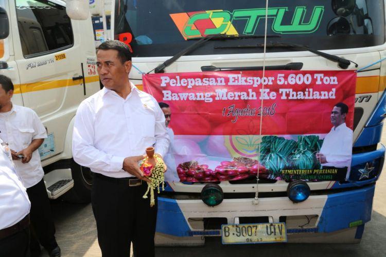 Menteri Pertanian Andi Amran Sulaiman bersama Dirut Bulog Budi Waseso, dan Bupati Brebes Idza Priyanti melepas secara simbolis 5600 ton bawang merah yang akan diekspor ke Thailand di Klompak, Wanasari, Brebes Jawa Tengah, Rabu (1/8/2018).
