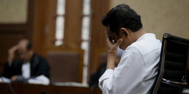 Mantan Kasubdit Bukti Permulaan Direktorat Penegakan Hukum Ditjen Pajak Handang Soekarno saat menjalani sidang putusan di Pengadilan Tipikor, Jakarta Pusat, Senin (24/7/2017). Handang Soekarno divonis 10 tahun penjara oleh majelis hakim karena terbukti menerima suap dari Country Director PT EK Prima Ekspor Indonesia, R Rajamohanan Nair sebesar 148.500 dollar AS atau senilai Rp 1,9 miliar.