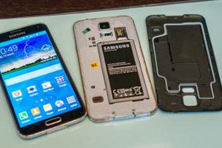Galaxy S5 memiliki segel karet di sisi dalam cover belakang (paling kanan) untuk melindungi komponen elektronik dari air