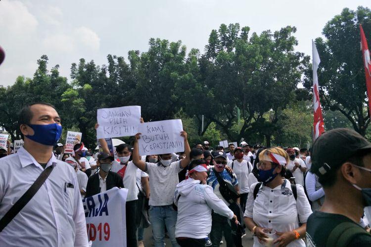 Sejumlah karyawan tempat hiburan yang tergabung dalam Asosiasi Pengusaha Hiburan Jakarta (Asphija) menggelar aksi unjuk rasa di depan Gedung Balai Kota, Jakarta Pusat, Selasa (21/7/2020).