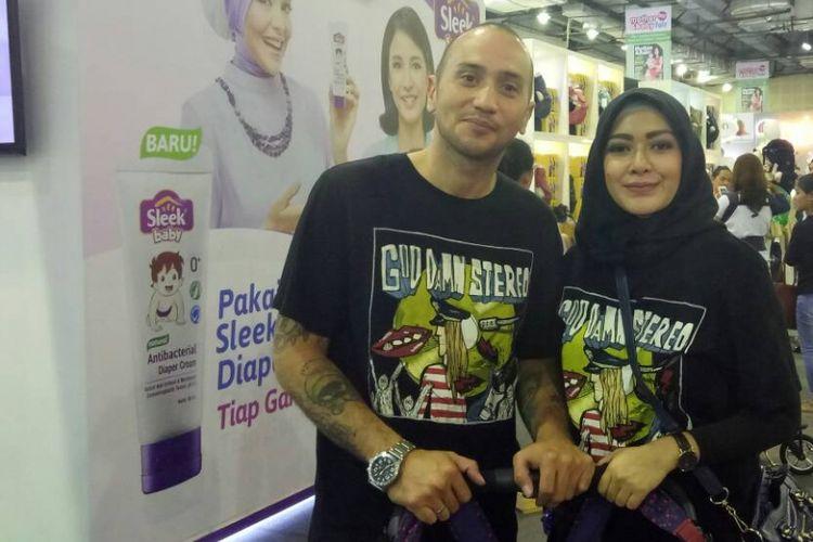 Gary Iskak dan Richa Novisha diabadikan di sela acara Mother & Baby Fair di Balai Kartini, Jakarta Selatan, Kamis (27/4/2017).