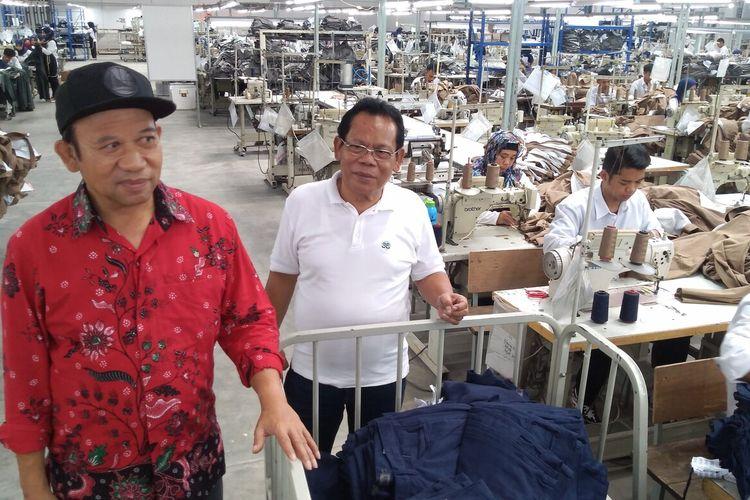 Bupati Banyumas Achmad Husein (kiri) mengecek aktivitas pabrik garmen yang menempati bekas Pabrik Gula Kalibagor, Kabupaten Banyumas, Jawa Tengah, Selasa (7/1/2020).