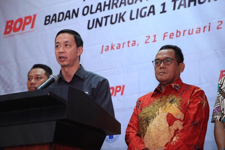 Ketua Umum BOPI, Richard Sam Bera (tengah kemeja hitam) menyerahkan izin rekomendasi penyelenggaraan Liga 1 2020 kepada Direktur Utama PT Liga Indonesia Baru, Cucu Soemantri (kanan).