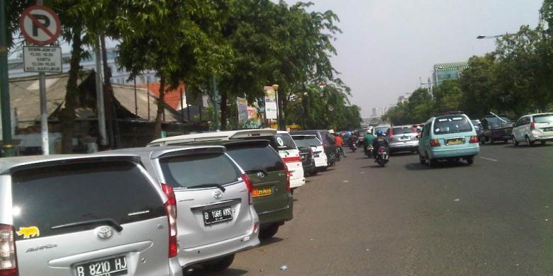 Kendaraan parkir di bahu Jalan Kramat Raya Jakarta Pusat, padahal terdapat rambu dilarang parkir di sepanjang kawasan tersebut, Rabu (25/9/2013)