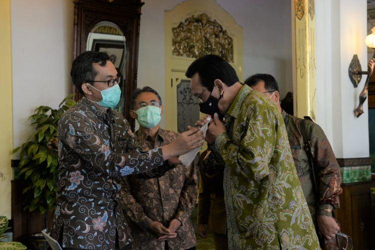Sultan saat mencoba GeNose di Kantor Gubernur DIY, Kompleks Kepatihan, Yogyakarta.
