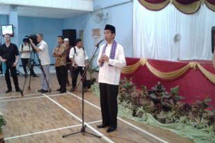 Gubernur DKI Jakarta Joko Widodo saat menghadiri acara santunan dan silaturahmi yang diadakan oleh Forum Lembaga Musyawarah Kelurahan Jakarta Timur, di GOR Matraman, Jakarta Timur, Jumat (30/5/2014)