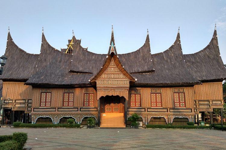 Ajungan Sumatera Barat, Taman Mini Indonesia Indah, Jakarta DOK. Shutterstock/Om Yos