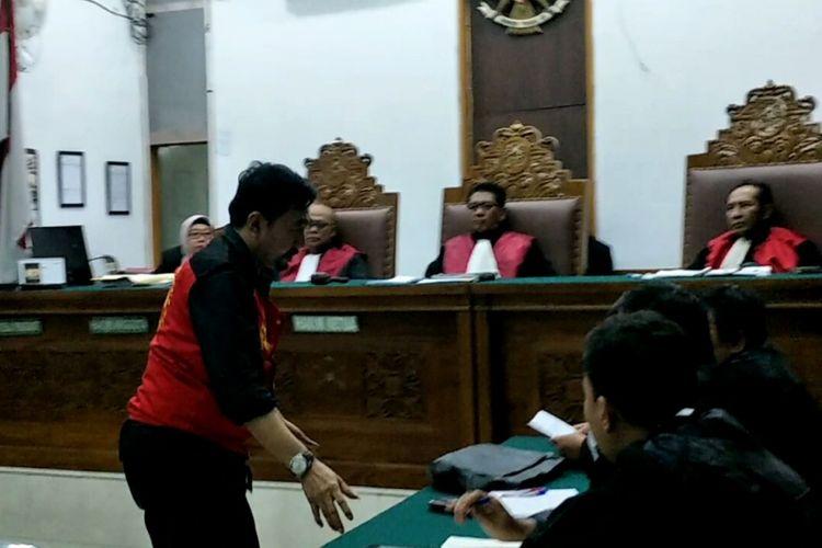 Gatot Brajamusti menghampiri tim kuasa hukumnya setelah divonis 9 tahun penjara oleh majelis hakim untuk kasus tindakan asusila di Pengadilan Negeri Jakarta Selatan, Selasa (24/4/2018).