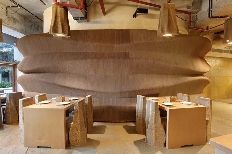 Untuk memberikan kekuatan tambahan, furnitur kardus diberi tambahan lilin laminasi