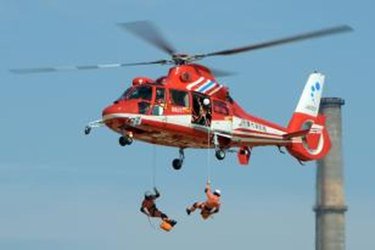 Anggota tim penyelamat meluncur dengan tali dari helikopter dalam latihan bersama menghadapi bencana alam yang digelar di Jepang, Minggu (1/9/2013), yang diperkirakan diikuti 1,3 juta orang warga Jepang.