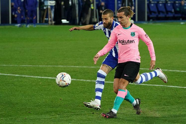Proses gol penyerang Barcelona Antoine Griezmann ke gawang Deportivo Alaves pada laga lanjutan pekan kedelapan Liga Spanyol 2020-2021 di Stadion Mendizorroza, Sabtu (31/10/2020) atau Minggu dini hari WIB.