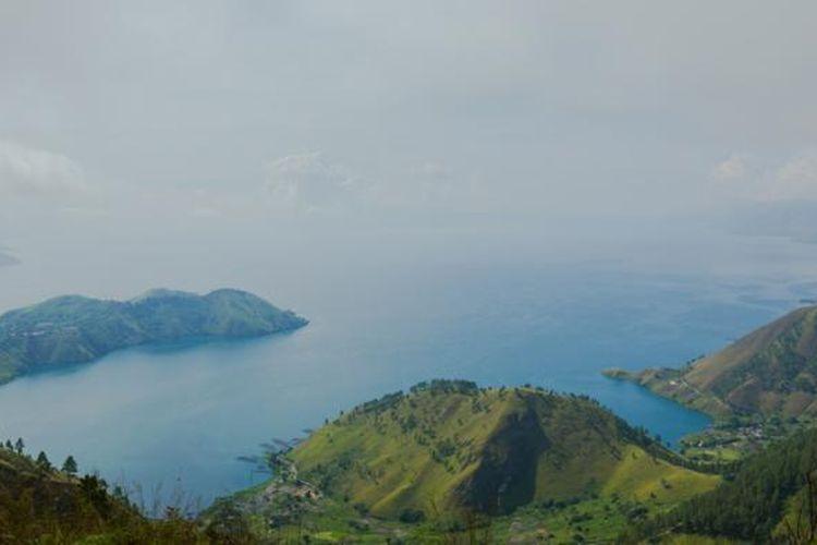 Pemandangan Danau Toba di Kecamatan Merek, Kabupaten Karo, Sumatera Utara, Minggu (19/4/2015). Danau Toba merupakan danau terbesar di Indonesia yang tercipta dari hasil letusan gunung berapi raksasa (supervolcano) pada 75.000 tahun silam.