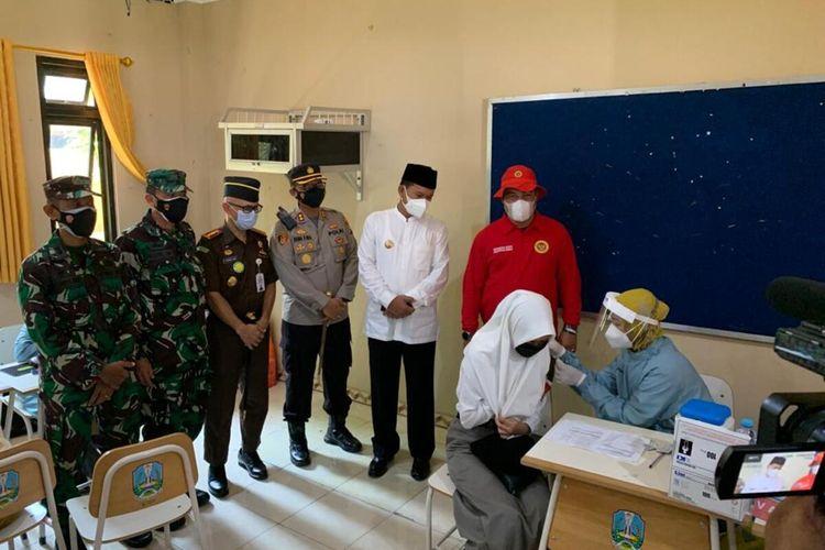 TINJAU VAKSINASI-- Kepala BIN Jawa Timur, Marsma Rudy Iskandar didampingi Walikota Madiun, Maidi dan forpimda meninjau pelaksanaan vaksinasi dosis dua bagi pelajar di SMAN 3 Madiun, Kota Madiun, Jawa Timur, Jumat (17/9/2021).