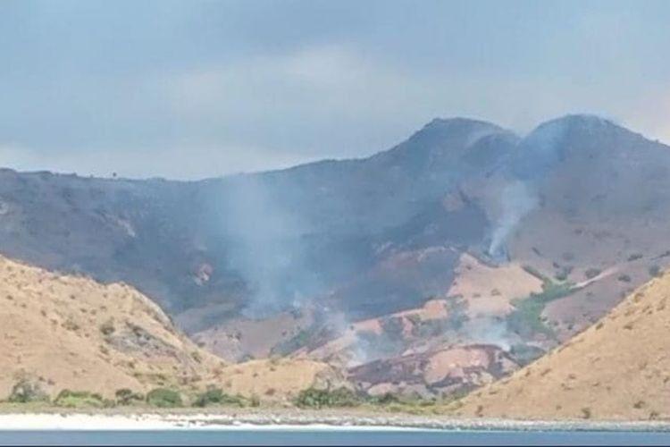 Foto : Sabana di Lajupemali yang merupakan salah satu kawasan di Taman Nasional Komodo, Kabupaten Manggarai Barat, NTT, terbakar, pada Sabtu (7/8/2021).