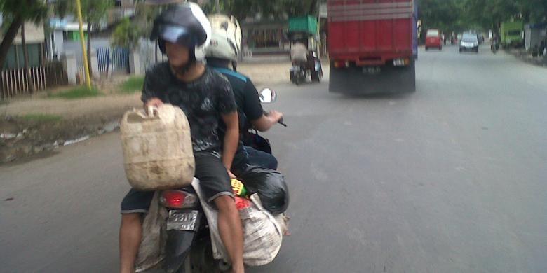 Pengendara motor yang saling berboncengan ini sempat memacetkan jalan raya di Kabupaten Gowa, Sulawesi Selatan akibat tingkah saat berkendara yang dianggap aneh. Kami, (10/12/2015).