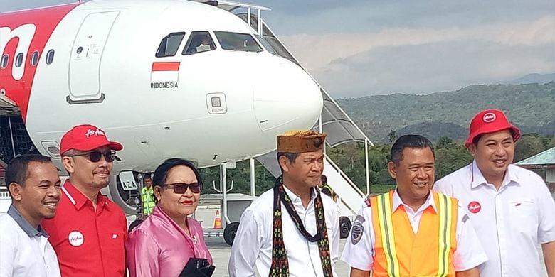 Bupati Manggarai Barat, Agustinus Ch Dula didampingi Wakil Bupati Manggarai Barat, Maria Geong menyambut penerbangan perdana AirAsia di Bandara Komodo, Kamis (1/8/2019).