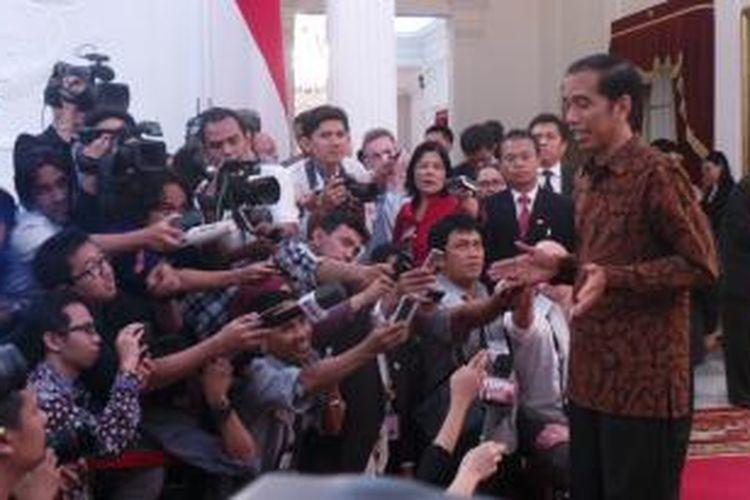 Presiden Joko Widodo melayani wawancara dengan wartawan di Istana Merdeka, Senin (20/10/2014). Hari ini merupakan hari pertama Jokowi sebagai presiden setelah ia dilantik pagi hari tadi.