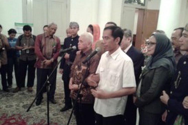 Menteri Koordinator Perekonomian Hatta Rajasa dan Gubernur DKI Jakarta Joko Widodo usai acara Penandatanganan Perjanjian Keikutsertaan Dalam Konsorsium Proyek Jakarta Monorel, Sabtu (29/6/2013) di Balai Kota DKI Jakarta