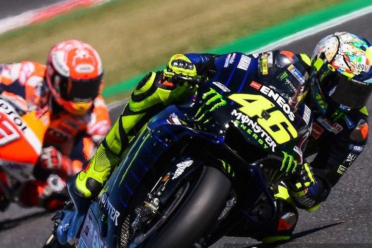 Valentino Rossi dibuntuti Marc Marquez pada sesi kualifikasi MotoGP San Marino di Misano, 14 September 2019.
