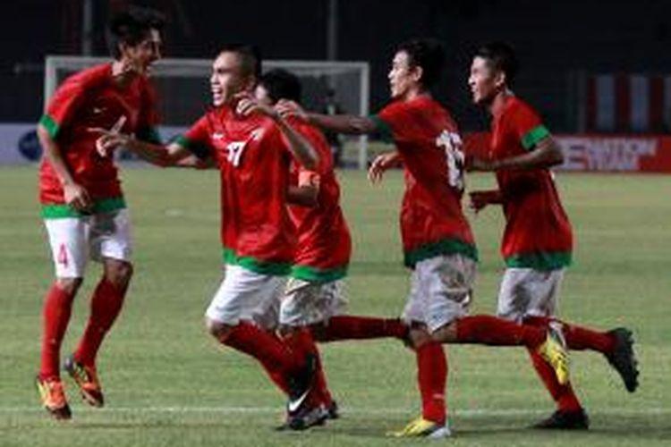 Paulo Sitanggang (2 dari kiri) mendapat sambutan dari rekan-rekannya usai mencetak gol ke gawang Laos pada kualifikasi Grup G Piala Asia U-19 di Stadion Utama Gelora Bung Karno, Jakarta, Selasa (8/10/2013). Indonesia unggul 4-0.