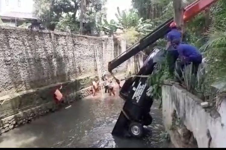 Sebuah mobil pikap milik Penanganan Prasarana Sarana Umum (PPSU) Kelurahan Pulo, Kebayoran Baru, Jakarta Selatan masuk ke Kali Krukut di Jalan Prapanca Raya pada Jumat (21/8/2020) sekitar pukul 10.00 WIB.