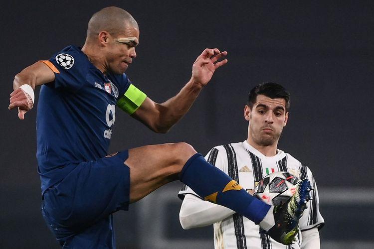 Aksi bek Porto, Pepe (kiri), dalam pertandingan leg kedua babak 16 besar Liga Champions melawan Juventus di Stadion Allianz, Rabu (10/3/2021) dini hari WIB.